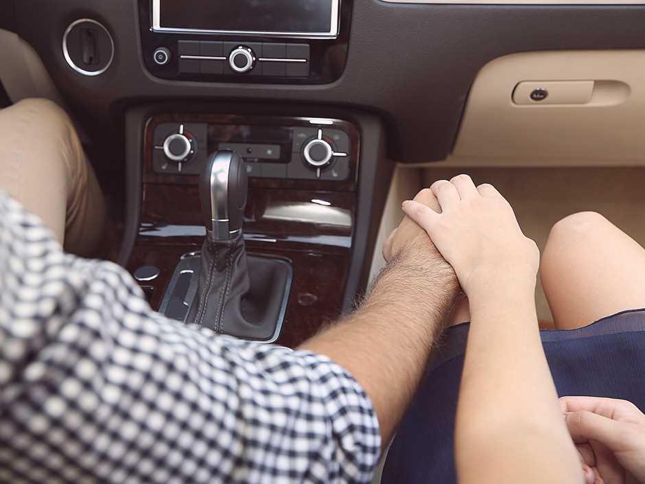 девушка с парнем в машине - 5